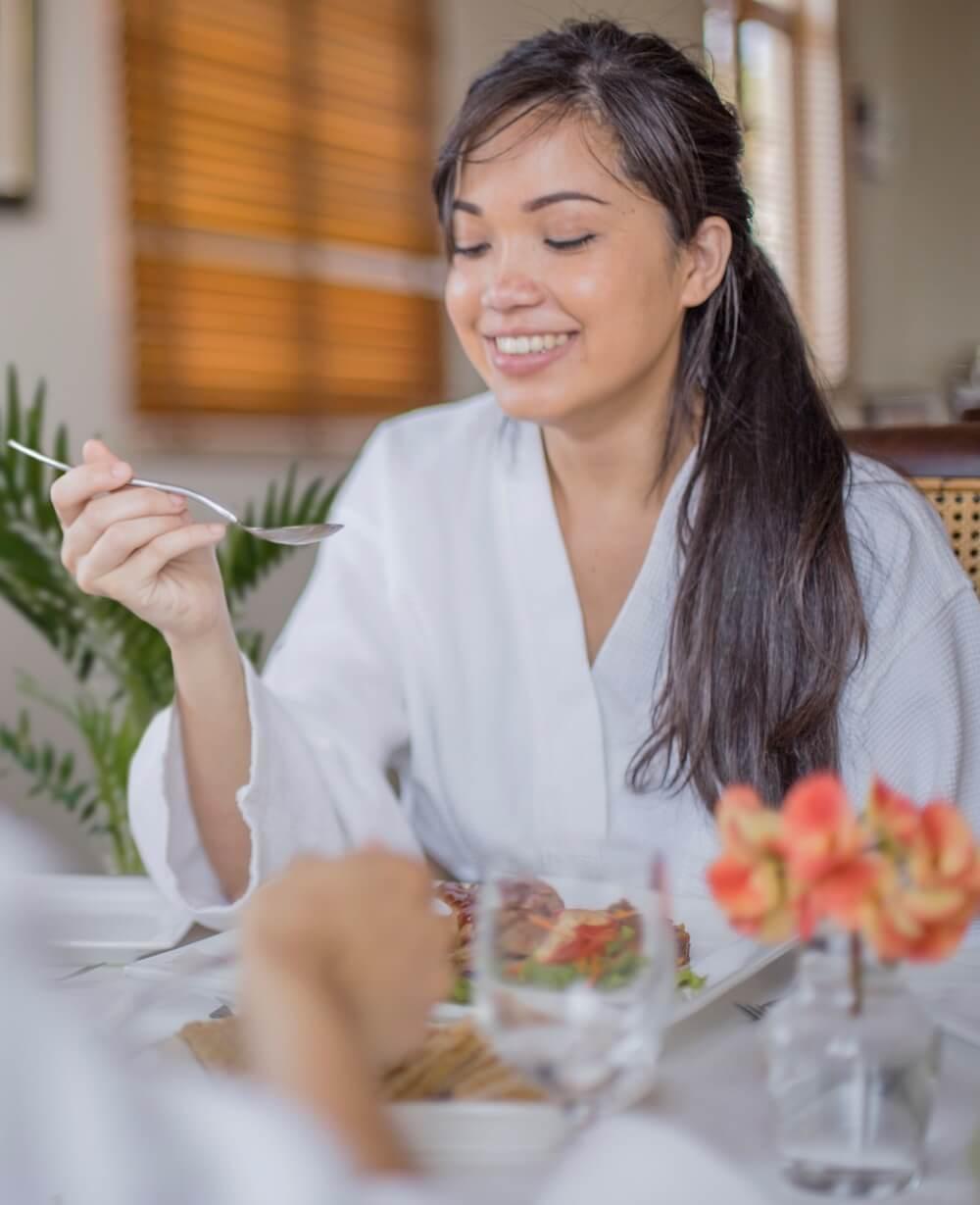 Woman eating diet - Les Mariannes